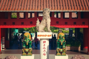 Okinawa 2014, Okinawa World, shisa lion-dogs at the park's entrance