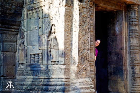 Cambodia 2015, Tonle Bati Ta Prohm, ladies peek WM