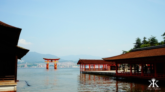 Miyajima 2015, Itsukushima Shrine, floating Torii through the shrine WM