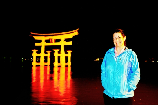 Miyajima 2015, Itsukushima Shrine, Jody with the floating torii in the rain