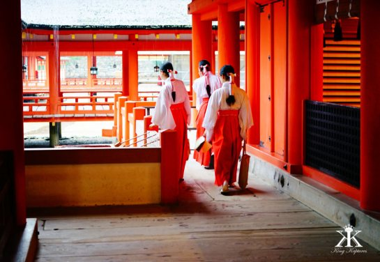 Miyajima 2015, Itsukushima Shrine, red shrine nuns 2 WM