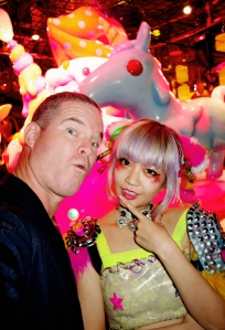 tokyo-2016-kawaii-monster-cafe-kevin-selfie-with-a-monster-hostess