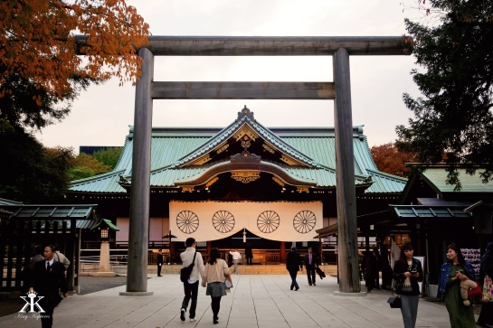 tokyo-2016-yasukuni-shrine-visiting-the-main-hall-at-dusk-wm