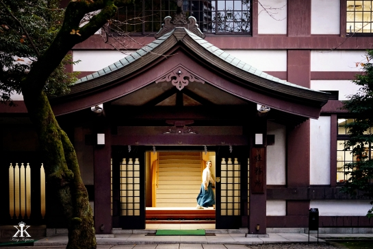 tokyo-2016-yasunkuni-shrine-just-a-peek-from-a-passing-priest-wm